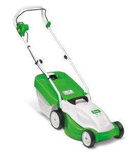 The ME 235 electric mower comes up trumps on small lawns: a narrow 33 cm cutting width and a weight of only 13 kg makes it particularly manoeuvrable and easy to steer around flower beds and bushes. The low noise 1.2 kW motor mows cleanly and efficiently. The cutting height can be adjusted centrally to one of five settings, while the easy-open 30 litre grass catcher box with integral level indicator is particularly easy to empty.